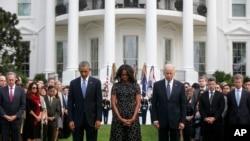 奧巴馬總統和第一夫人米歇爾在副總統拜登的陪同下,在白宮南草坪帶領眾人默哀。