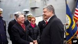 Президент Петр Порошенко и спецпредставитель США Курт Волкер ина борту эсминца USS Donald Cook в порту Одессы. 26 февраля 2019 г.