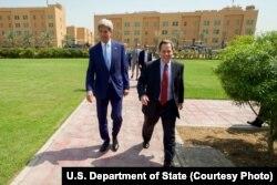 ລັດຖະມົນຕີການຕ່າງປະເທດສະຫະລັດ ທ່ານ John Kerry (ຊ້າຍ) ພວມຍ່າງກັບ ເອກອັກຄະລັດຖະທູດ ສະຫະລັດ ປະຈຳອີຣັກ ທ່ານ Stuart Jones ທີ່ສະຖານທູດ ສະຫະລັດ ໃນນະຄອນຫຼວງແບັກແດດ. (8 ເມສາ 2016)
