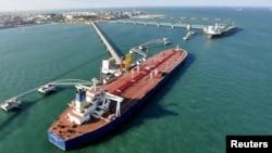 Suasana pelabuhan impor minyak mentah di Qingdao, Provinsi Shandong, China (Foto: dok).