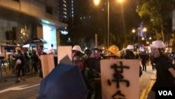 香港特首林鄭月娥及中國國務院港澳辦發言人楊光都表示,反送中示威者的光復香港,時代革命口號,挑戰一國兩制。 (美國之音/湯惠芸)