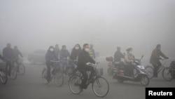 Giao thông trên đường phố ở Đại Khánh, tỉnh Hắc Long Giang, ngày 21/10/2013. Cảnh báo đỏ đã được ban hành vì ô nhiễm không khí nặng tạo một số thành phố trong tỉnh Hắc Long Giang.