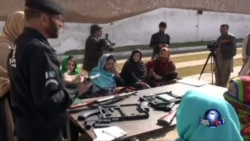 巴基斯坦教师被迫带枪上课