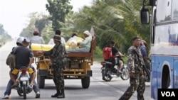 Tentara Filipina melakukan pemeriksaan kendaraan di Mindanao, Filipina selatan.