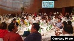 Capres petahana Joko Widodo dan sejumlah petinggi TKN ikut menyaksikan hitung cepat atau quick count yang dilakukan beberapa lembaga survei di Djakarta Theatre Jakarta Rabu sore (17/4). (Foto courtesy : TKN Jokowi-Ma'ruf )