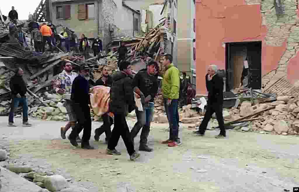 امدادی ٹیمیں متاثر علاقوں کی جانب پہنچ رہی ہیں لیکن کچھ علاقوں تک اُنھیں پہنچنے میں دشواری کا سامنا ہے۔