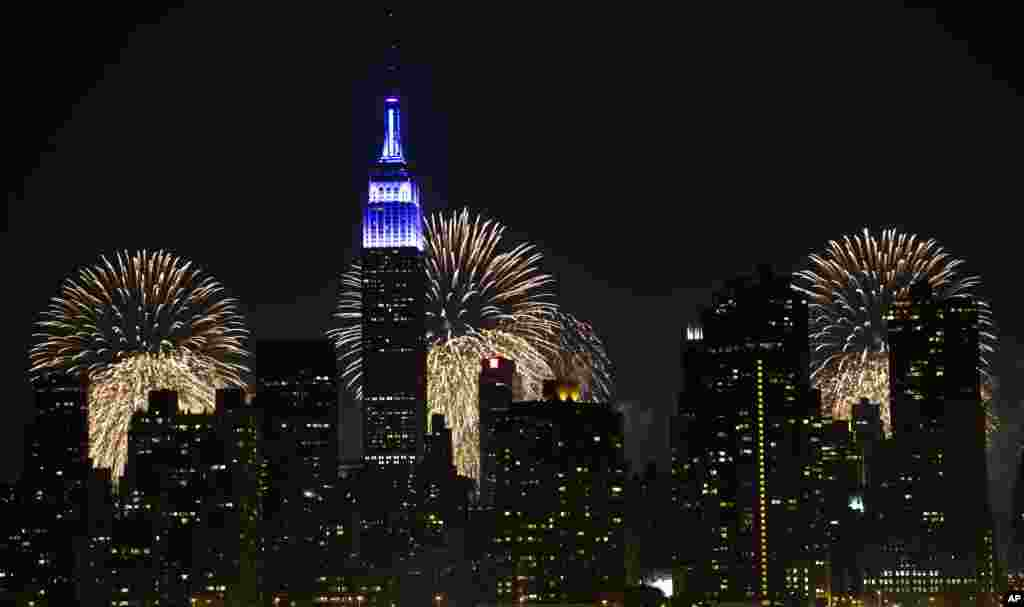 Fireworks light up the Empire State Building along the Manhattan skyline during Macy's 37th Annual Fourth of July fireworks show, July 4, 2013, in New York.