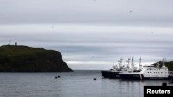 Kapal-kapal penjaga pantai Rusia berlabuh di Shikotan, bagian selatan Kepulauan Kurile. (Foto: Dok)