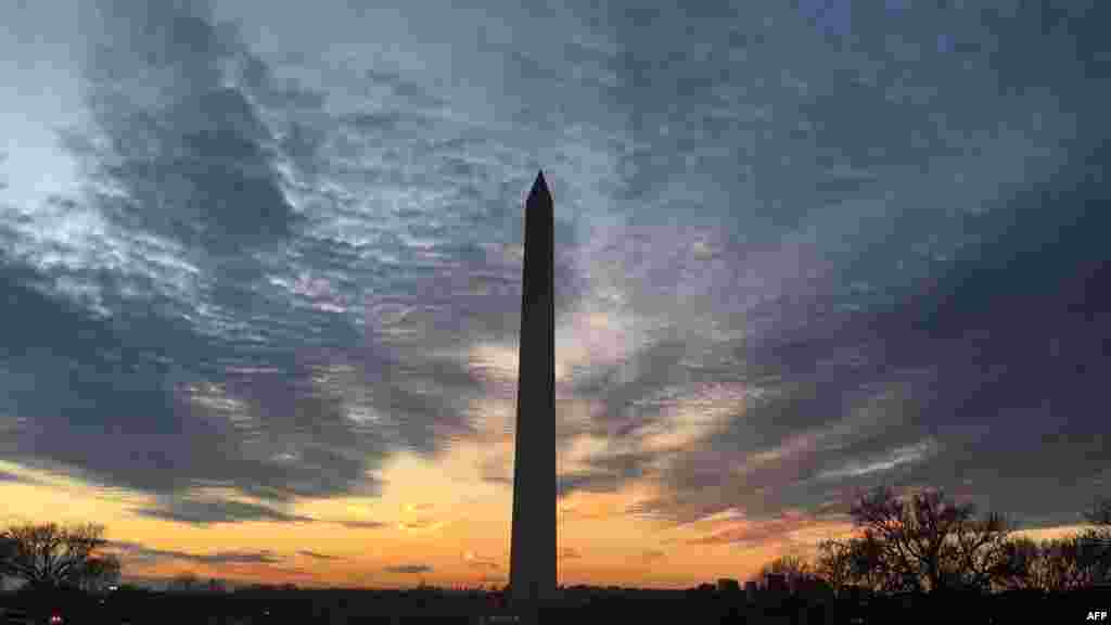 نمایی از غروب آفتاب در پشت بنای یادبود واشنگتن در پایتخت آمریکا