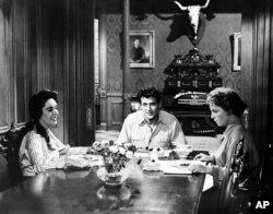 1956년 '자이언트' 촬영 현장에 엘리자베스 테일러(왼쪽부터), 록 허드슨, 머세이디스 매케임브리지가 앉아 있다.