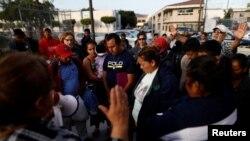 有數百名中美洲移民的舊校車已經抵達美墨邊界。