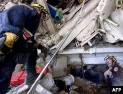 来自维吉尼亚州的救援队在废墟中寻找幸存者
