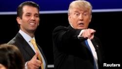 지난해 9월 도널드 트럼프(오른쪽) 당시 공화당 대통령 후보가 뉴욕주 헴프스테드 호프스트라대학에서 힐러리 클린턴 민주당 후보를 상대로 첫 TV토론에 참석한 뒤 아들 트럼프 주니어와 함께 현장을 떠나고 있다.