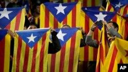 Taageerayaasha Barcelona oo haatinaya calanka xorriyadda ee Catalonia.