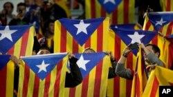 Wafuasi na bendera za Catalonia wakiunga mkono kujitenga