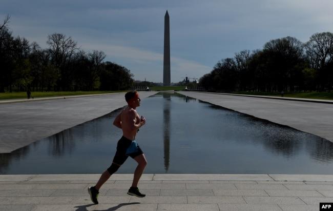 Una persona practica jogging en Washington, D.C., el 27 de marzo de 2020.