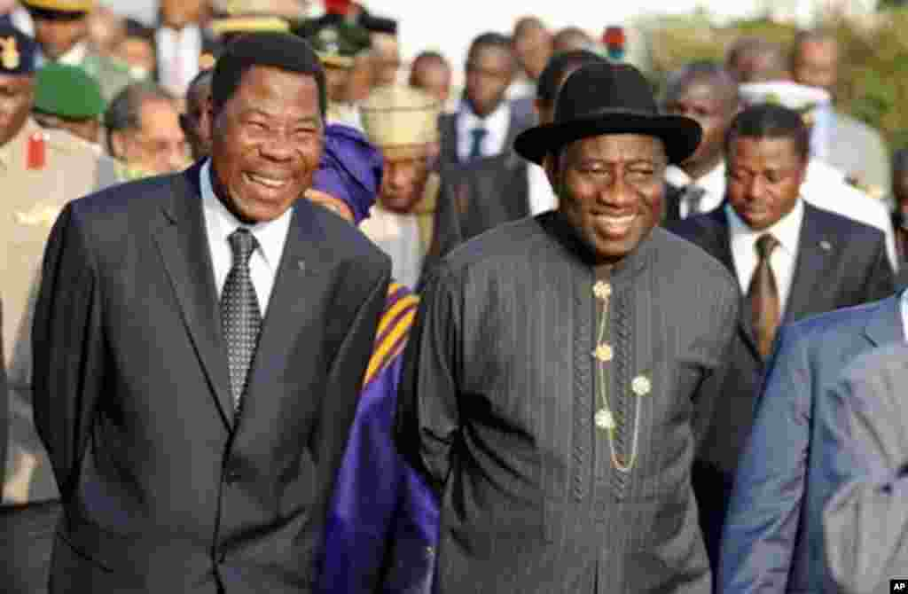 Nigerian President Goodluck Jonathan (R) and President of Benin Republic Boni Yayi chats during their meeting at the emergency summit of Heads of States of ECOWAS on the political crisis in Ivory Coast in Abuja 24 Dec 2010.