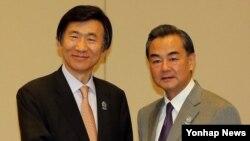 지난 8월 윤병세 한국 외교부 장관(왼쪽)이 미얀마 네피도 국제 컨벤션 센터에서 열린 한·중 외무장관 회담에서 왕이 중국 외교부장과 악수하고 있다. (자료사진)