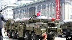 北韓在最近的閱兵儀式上一輛大型運輸車運送導彈