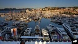 Vue sur le port de Cannes, France, le 27 juillet 2013.