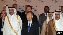Tổng thư ký Liên Hiệp Quốc Ban Ki-Moon đứng bên cạnh Thái tử Qatar Sheikh Hamad bin Tamim al-Thani (trái) cùng các đại biểu khác ở thủ đô Doha, Qatar, 13/4/2011