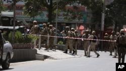 아프가니스탄 군이 31일 카불의 이라크대사관에 침입한 무장괴한을 진압했다. 군인들이 대사관 주변을 지키고 있다.