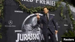 "Cast member Chris Pratt poses at the premiere of ""Jurassic World"" in Hollywood, California, June 9, 2015."