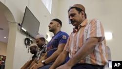 Umat Muslim berdoadi Masjid Baitul Naseer Mosque di Hallandale Beach, Florida, 18 Desember 2015.
