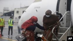 រូបឯកសារ៖ អ្នកដំណើរពាក់ម៉ាសការពារជំងឺកូវីដ១៩ ចុះពីលើយន្តហោះមួយនៅប្រលានយន្តហោះ Murtala Mohammed ក្នុងក្រុង Lagos ប្រទេសនីហ្សេរីយ៉ា កាលពីថ្ងៃទី០៩ ខែកក្កដា ឆ្នាំ២០២០។
