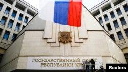 """克里米亚议会大楼上出现了""""克里米亚共和国国务院""""字样"""