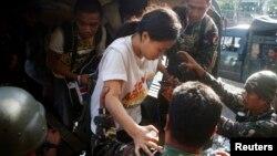 Tentara Filipina membantu seorang sandera yang berhasil dibebaskan dari pemberontak di Zamboanga, Filipina selatan (foto: dok).