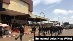Un détachement du bataillon d'intervention rapide parade à la place de fête de Bamenda, Cameroun, le 20 mai 2018. (VOA/Emmanuel Jules Ntap)