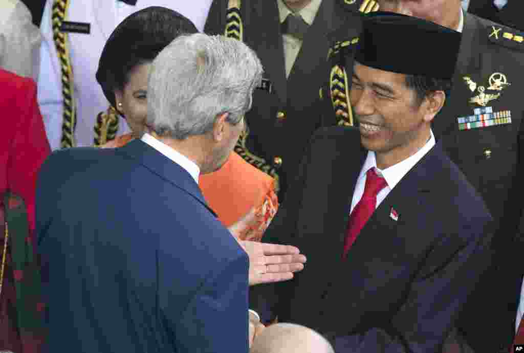 Indonesia's seventh President Joko Widodo talks with U.S. Secretary of State John Kerry after his inauguration at Parliament in Jakarta, Indonesia, Oct. 20, 2014.