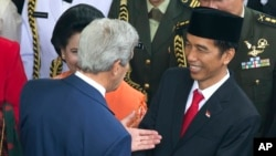 US Secretary of State John Kerry talks with President Joko Widodo at his inauguration Oct. 20, 2014
