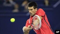 Petenis Serbia Novak Djokovic berhasil menjuarai turnamen tenis Shanghai Masters dengan menundukkan Andy Murray di final hari Minggu (14/10).