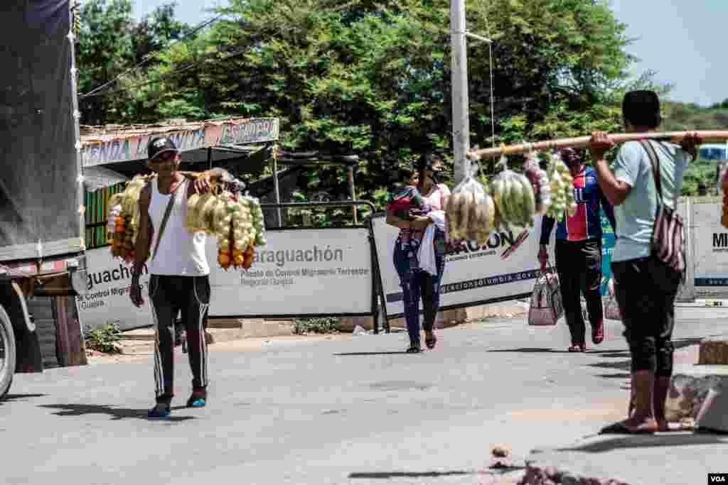 Un venezolano carga frutas para vender en la zona fronteriza. A unos 90 kilómetros de Riohacha, Colombia, se encuentra la zona fronteriza de Paraguachón, un área conocida por un constante flujo migratorio y de comercio informal.