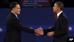 奥巴马总统和共和党总统候选人罗姆尼在第二场辩论结束后握手