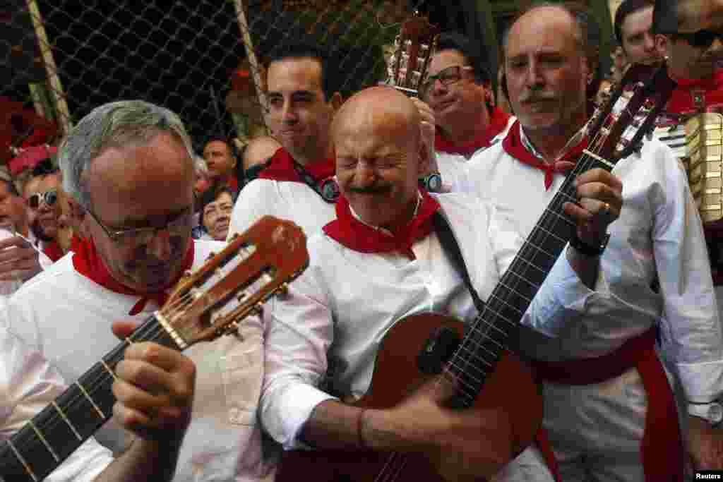 اس سالانہ روایتی میلے کو دیکھنے کے لیے بڑی تعداد میں سیاح بھی اسپین آتے ہیں۔