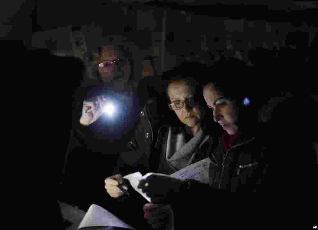 Des responsables électoraux passent au scanner des bulletins de vote sous une tente à Staten Island, New York. Le bureau de vote habituel a été détruit par Sandy