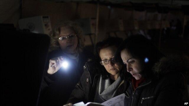 Ratusan ribu warga di New York dan New Jersey masih hidup tanpa listrik dua minggu pasca badai Sandy.
