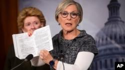 سناتور دموکرات باربارا باکسر طی یک نشست خبری در کنگره آمریکا درباره طرح بیمه درمانی اوباما توضیح داد. واشنگتن، ۳۰ سپتامبر ۲۰۱۳