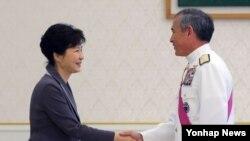 박근혜 한국 대통령이 9일 청와대를 방문한 해리스 미국 신임 태평양 사령관을(오른쪽) 맞이하고 있다.