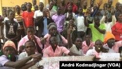 Quelques élèves et étudiants regroupés à la sortie d'une école à N'Djamena, au Tchad, le 14 décembre 2016. (VOA/André Kodmadjingar)