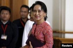 Bà Suu Kyi đã thực hiện nhiều cuộc họp với Tư lệnh Quân đội, Đại tướng Min Aung Hlaing, để bàn về cơ cấu của chính phủ mới, trong đó có một thoả hiệp để bà lên giữ chức tổng thống.