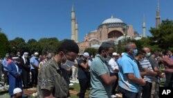 نمازگزاران در نزدیکی ایاصوفیه مشغول برگزاری نماز جمعه هستند - ۳ مرداد ۱۳۹۹