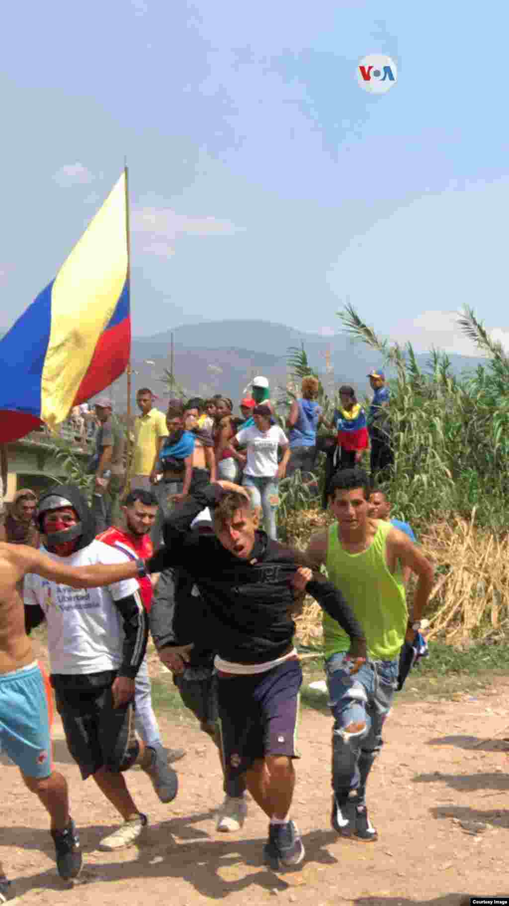 Un joven, que corre hacia el lado colombiano, fue herido en la cabeza con una piedra luego de que fuera tirada desde el lado venezolano de la frontera.