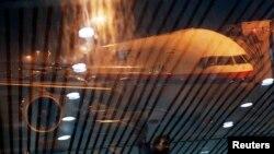 Un Boeing 777 de Malaysia Airlines vistro através de un vidrio en el aeropuerto de Kuala Lumpur.