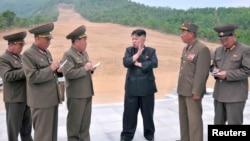 ေျမာက္ကိုရီးယားေခါင္းေဆာင္ Kim Jong-Un (လယ္)။