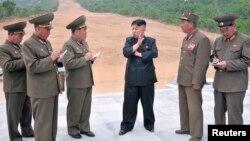 북한 김정은 국방위원회 제1위원장이 원산 마식령스키장 건설현장을 현지지도하는 모습을 지난 5월 조선중앙통신이 보도했다. 조선중앙통신은 정확한 촬영 날짜는 밝히지 않았다.