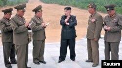 Shimoliy Koreya rahbari Kim Chen Un harbiylar davrasida